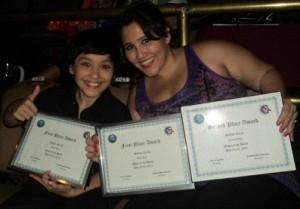 Sebak y Selene con sus diplomas del Magic on the Beach